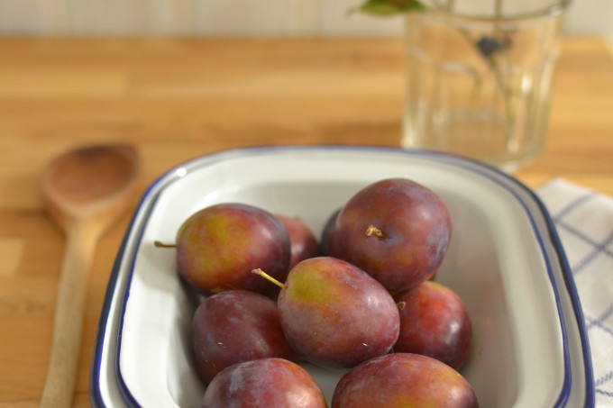 plums-in-enamel-dish1