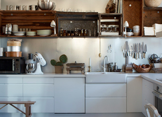 white-kitchen-with-open-shelves-made-from-crates1